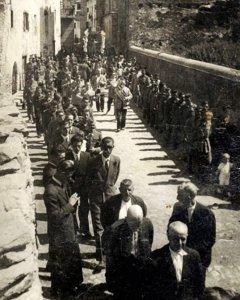 Imagen de una de las procesiones de Benasque, en las que se interpretaba la pieza a principios de los años 40, con autoridades y fuerzas de seguridad en el cortejo. Foto: Cedida por Antonio Merino
