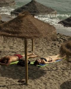 Sombrillas en la playa de Marbella. REUTERS