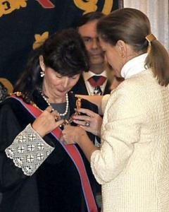 Concepción Espejel recibe la medalla de San Raimundo de Peñafort de manos de María Dolores de Cospedal.