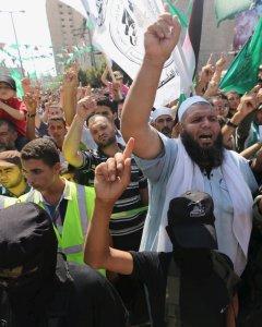 Palestinos apoyan a Hamás y participan en una protesta contra la redada de la policía israelí en la mezquita al- Aqsa de Jerusalén el martes, en Khan Younis, en el sur de la Franja de Gaza./ REUTERS