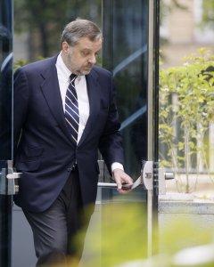 El exembajador Gustavo de Arístegui, a la salida de la Audiencia Nacional tras negarse a declarar por las supuestas comisiones ilegales que cobró junto al exdiputado del PP Pedro Gómez de la Serna. EFE