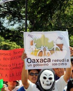 Estudiantes y activistas denuncian la represión del Gobierno mexicano contra las protestas de la reforma educativa. REUTERS