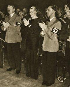 Adolf Hiler con el matrimonio Goebbels en un acto oficial.