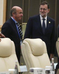 El presidente del Gobierno español en funciones, Mariano Rajoy (d), junto al ministro de Economía en funciones, Luis de Guindos (i), al inicio de la reunión con con el presidente chino, Xi Jinping, en la cumbre del G20.  EFE/Juan Carlos Hidalgo