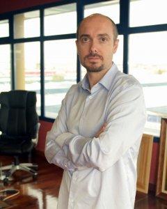 César Calvar, redactor jefe de Estrella Digital y autor de la novela 'Tierra de conejos'