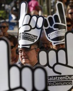 Vista de la manifestación convocada en San Sebastián por la red ciudadana Sare para exigir la excarcelación de los presos de ETA con enfermedades graves o incurables. EFE/Javier Etxezarreta