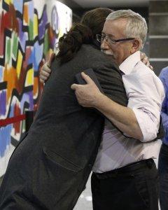 El secretario general de de Podemos, Pablo Iglesias, y el secretario general CCOO, Ignacio Fernandez Toxo, se despiden tras un encuentro de trabajo y unas declaraciones a la prensa que han mantenido hoy en la sede de CCOO. / EFE