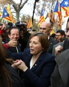 La presidenta del Parlament, Carme Forcadell, saluda a los simpatizantes que la apoyaban en la puerta tras declarar ante el Tribunal Superior de Justicia de Catalunya como investigada por desobedecer al Tribunal Constitucional. EFE/Toni Albir