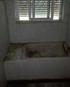 Imagen del baño de una las casas de la Guardia Civil en Andalucía.