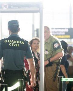 Agentes de la Guardia Civil en los controles de acceso de los pasajeros, durante la huelga de los vigilantes jurados del aeropuerto de El Prat. EFE