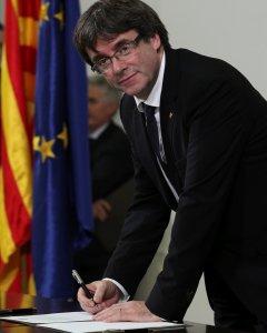 El president de la Generalitat firma, con JxSí y la Cup, la 'declaración de los representantes de Catalunya' con la voluntad de una futura independencia. REUTERS/Albert Gea