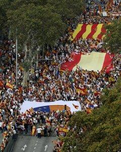 Vista de la manifestación en Barcelona bajo el lema 'Cataluña sí, España también', convocada por Societat Civil Catalana, Espanya i Catalans y otras entidades contrarias a la independencia con motivo del Día de la Fiesta Nacional. EFE/Andreu Dalmau
