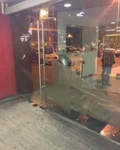 Imagen de los cristales rotos por los ultras