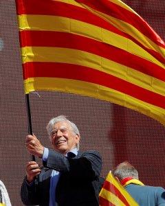 El Premio Nobel peruano Mario Vargas Llosa acta una senyera durante la manifestación por la unidad de España en Barcelona organizada por Sociedad Civil Catalana el pasado 8 de octubre. REUTERS/Eric Gaillard