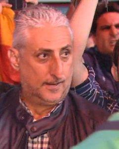 Julián Leal Luna, Secretario de Difusión y Prensa del Colectivo profesional de Policía Municipal, increpando a los miembros de la disuelta Mesa del Parlamet de Catalunya a su llegada a Atocha el pasado jueves.- ATLAS