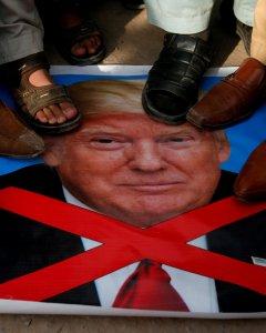 Varias personas pisotean un retrato del presidente estadounidense Donald Trump durante las protestas contra EEUU e Israel en la cidad pakistaní de Peshawar. REUTERS/Fayaz Aziz