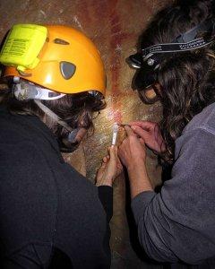 Dirk Hoffman y un colega toman muestras de carbonato sobre el dibujo en forma de escalera en el panel 78 de La Pasiega./ C.D STANDISH, A.W.G. PIKE Y D.L. HOFFMANN