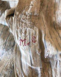 Iniciales bordadas en la camisa de Miguel Galán. DANIEL GALÁN.