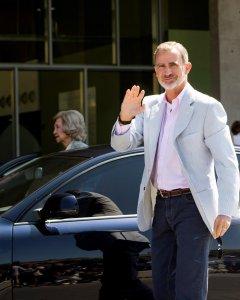 El rey Felipe VI ha acudido este sábado, junto a la reina emérita Sofía, al Hospital Universitario Quirón Salud-Madrid de Pozuelo de Alarcón (Madrid) en el que está siendo intervenido quirúrgicamente don Juan Carlos para conocer la evolución de la operaci