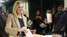 La presidenta de la Comunidad, Cristina Cifuentes, ejerce su derecho al voto en el Colegio Sagrado Corazón de Madrid, para las elecciones generales que se celebran hoy en toda España. EFE/Sandra Jabalera