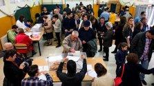 Colas en un colegio electoral del barrio sevillano de Triana en la jornada de elecciones generales. EFE/Raúl Caro