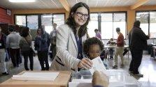 La vicepresidenta del Gobierno valenciano, Mónica Oltra, ejerciendo su derecho al voto. EFE/Manuel Bruque