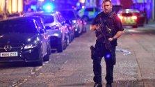 Un agente fuertemente armado patrulla la zona donde se cometió el segundo de los atentados nocturnos en el centro de Londres. BBC