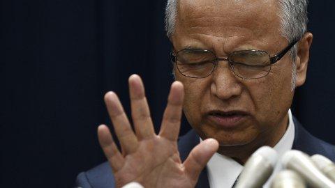 El ministro nipón de Economía, Akira Amari, reacciona durante una rueda de prensa en Tokio.- EFE