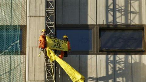 """Activistas de Greenpeace despliegan una pancarta contra el """"impuesto al sol"""" en el Ministerio de Industria. -E.P"""