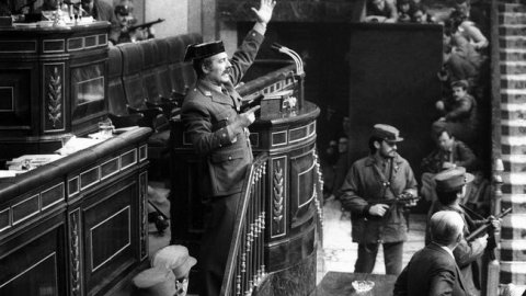 """Entrada del teniente coronel de la Guardia Civil Antonio Tejero al grito de """"todos al suelo"""". EFE"""