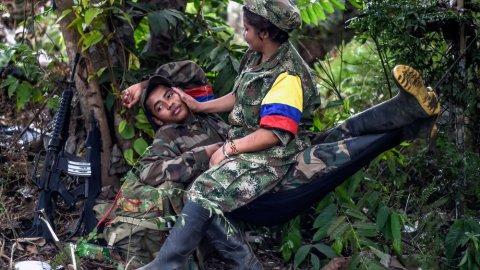 Fotografía de Luis Acosta de dos miembros de las FARC. LUIS ACOSTA (AFP)