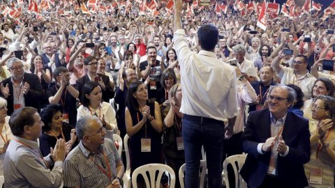 Pedro Sánchez, nuevo secretario general del PSOE, saluda a delegados y simpatizantes durante el acto de clausura del Congreso Federal del partido. /EFE