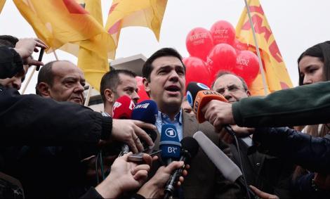 Alexis Tsipras responde a la prensa tras un mitin en Atenas. - AFP