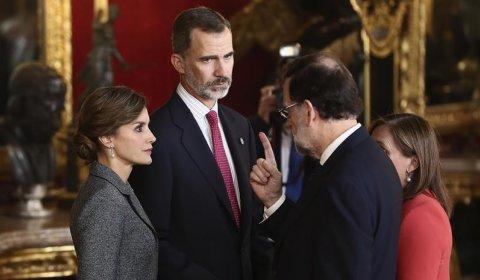 Rajoy charla con el rey durante la tradicional recepción real tras el desfile militar de la Fiesta Nacional.- EFE