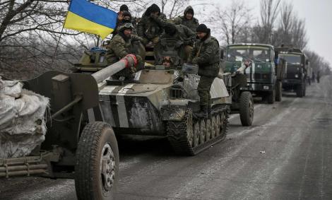 Un convoy de tropas ucranianas se prepara para desplazarse hacia el este del país. /REUTERS