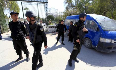 Varios agentes de la Policía tunecina, vigilando el  Mueso Nacional del Bardo, de Túnez. REUTERS/Anis Mili