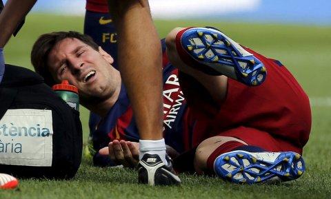 Messi se duele en el césped tras su lesión contra Las Palmas. REUTERS/Sergio Pérez