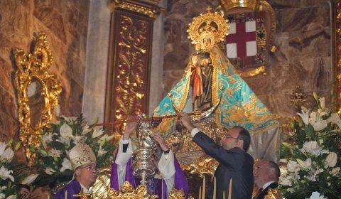 La Virgen del Mar recibe el bastón de mando como Alcaldesa Honoraria de Almería.
