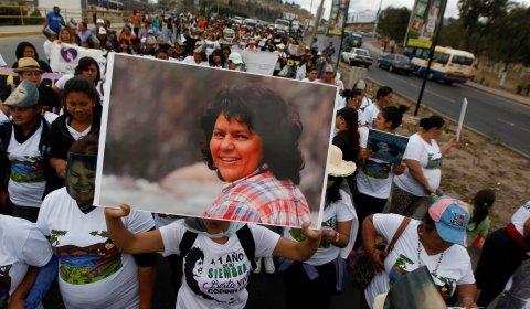 Una manifestante sostiene una foto de la activista por los derechos ambientales Berta Cáceres durante una marcha para conmemorar el primer aniversario de su asesinato, en Tegucigalpa, Honduras, el 1 de marzo de 2017. REUTERS / Jorge Cabrera