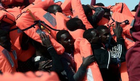 Inmigrantes rescatados por una ONG en el Mediterráneo central.- REUTERS