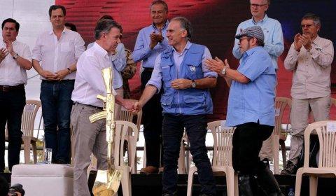 El presidente de Colombia, Juan Manuel Santos, el jefe de la Misión de la ONU en Colombia, Jean Arnault, y el líder de las FARC, 'Timochenko', en el acto de entrega de armas. /EFE