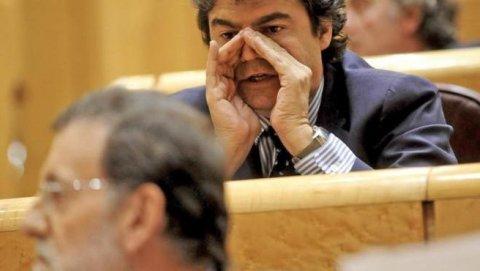Jorge Moragas susurra algo a Mariano Rajoy en el Senado.- EFE
