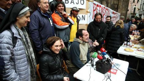 Teresa Forcades y Ada Colau junto al diputado de la CUP, David Fernández. /TONI ALBIR (EFE)