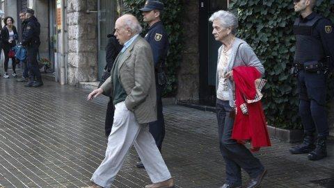 El expresidente de la Generalitat, Jordi Pujol, Acompañado de su Esposa, Marta Ferrusola, salen de su domicilio de la Ronda General Mitre Donde agentes de la Unidad de Delincuencia Económica y Fiscal (UDEF) de la Policía Nacional han entrado esta mañana.