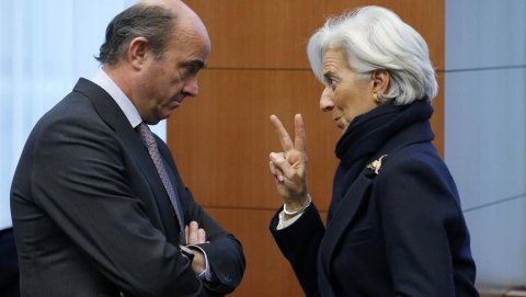La directora gerente del FMI, Chritine Lagarde, conversa con el ministro de Economía español, Luis de Guindos, en una reunión del Eurogrupo en Bruselas. REUTERS