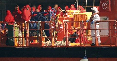 La embarcación Guardamar Polimnia de Salvamento Marítimo desembarca en el puerto de Almería a inmigrantes de origen subsahariano rescatados esta tarde cuando navegaban en una patera. EFE