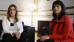 La presidenta en funciones de la Junta de Andalucía, Susana Díaz (i), recibe a la líder de Podemos, Teresa Rodríguez (d), en el inicio de la ronda de contactos anunciada tras las elecciones autonómicas. EFE/Raúl Caro