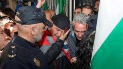 El edil de Jaén en Común (JeC) Andrés Bódalo (c) rompió a llorar al ser detenido esta mañana para su trasladado a prisión. / EFE