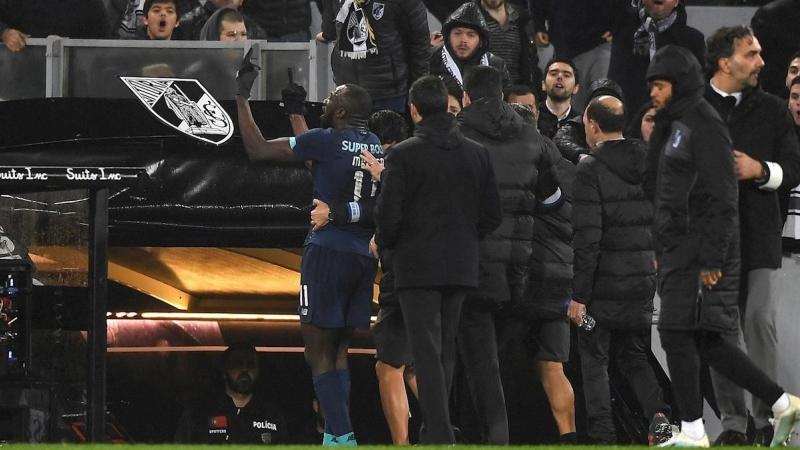 Racismo en el fútbol: El delantero del Oporto Marega abandona el campo tras  recibir insultos racistas | Público