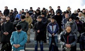 Sobrevivientes del terremoto y tsunami de Fukushima hacen un minuto de silencio para conmemorar el sexto aniversario de los hechos.EFE/ KIMIMA SA MAYAMA